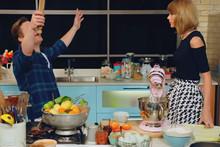 Taylor Swift & Jamie Oliver Sing 'Bake It Off'